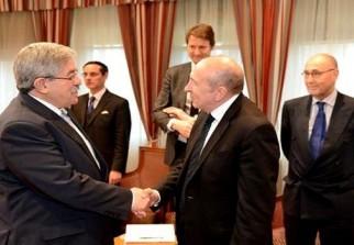 le premier ministre ahmed ouyahia a reu jeudi alger le ministre detat ministre de lintrieur franais grard collomb qui effectue une visite de